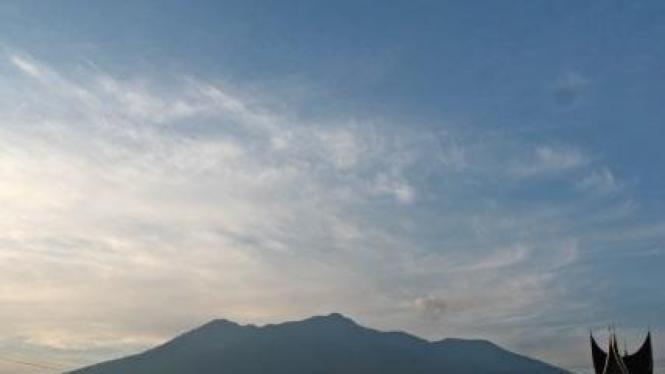 Gunung Marapi dilihat dari Kabupaten Agam, Sumatera Barat