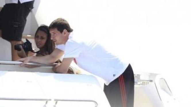 Lionel Messi dan pacarnya Antonella Roccuzzo saat liburan