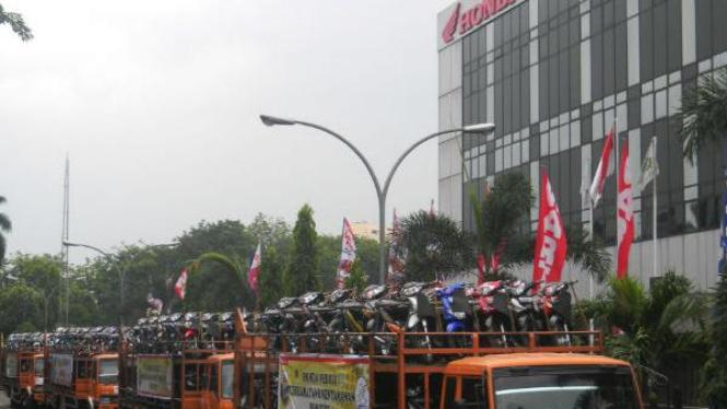 Sepeda motor Honda diangkut truk