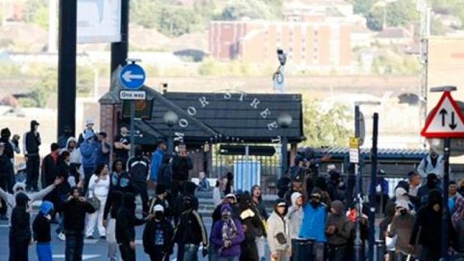 Para perusuh di London, Inggris.