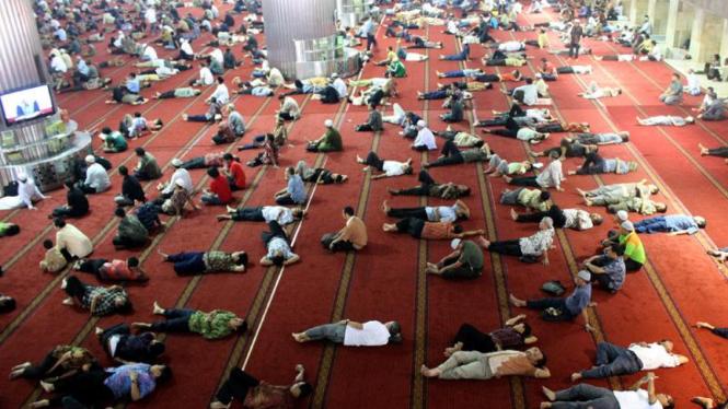 Tertidur Usai Jumatan di Masjid Istiqlal