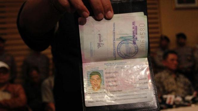 Barang Bukti Pasport Yang Digunakan Nazaruddin