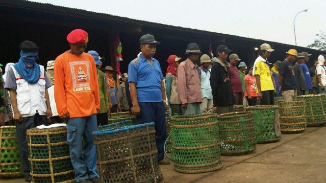 Ratusan Pemulung di Bantar Gebang Bekasi peringati HUT RI Ke-66