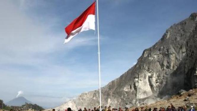 Upacara bendera di puncak Gunung Sibayak, Karo, Sumut
