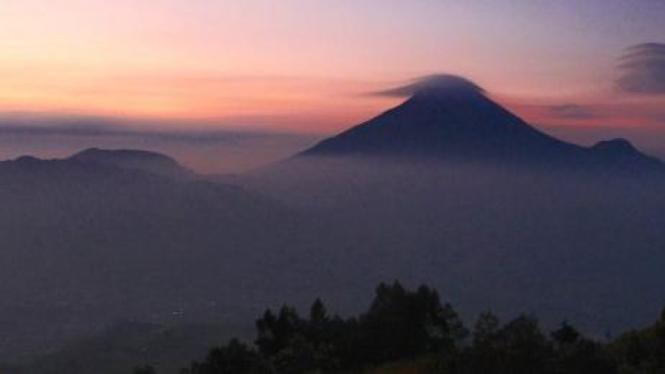 Puncak gunung Sindoro terlihat dari puncak bukit Sikunir, Wonosobo.