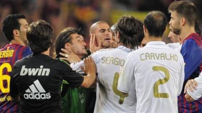 Keributan antara pemain Real Madrid (putih) dengan Barcelona