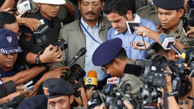 Tersangka kasus suap Wisma atlet SEA Games Nazaruddin saat meninggalkan KPK