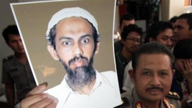 Anton Bachrul Alam melihatkan foto terbaru Umar Patek
