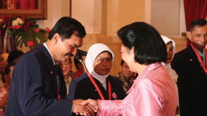 Ani Yudhoyono menyerahkan notebook
