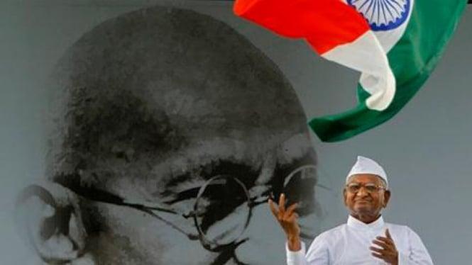 Anna Hazare, mogok makan menentang korupsi di India.