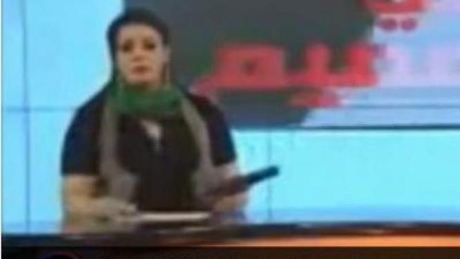 Presenter Libya membawa pistol saat siaran