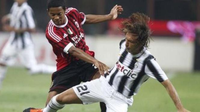 Andrea Pirlo (hitam putih) dan pemain AC Milan Urby Emanuelson