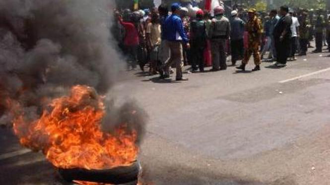 Aksi demonstrasi di Kejaksaan Negeri Cirebon 22 Agustus 2011
