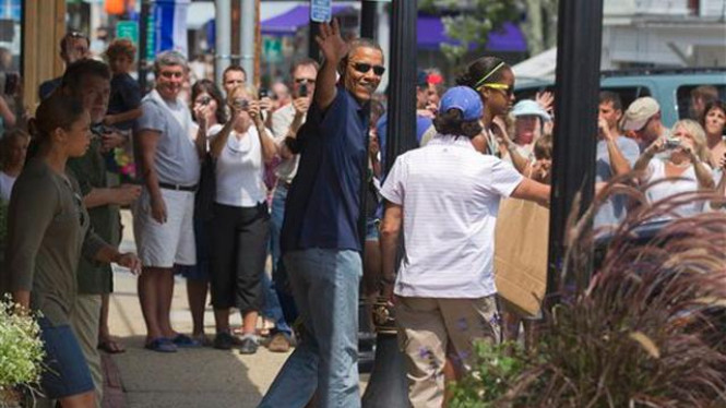 Barack Obama usai membeli buku di Martha's Vineyard