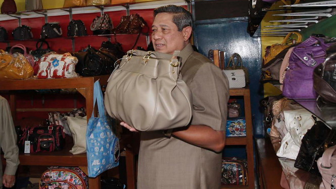 SBY  meninjau industri rumahan