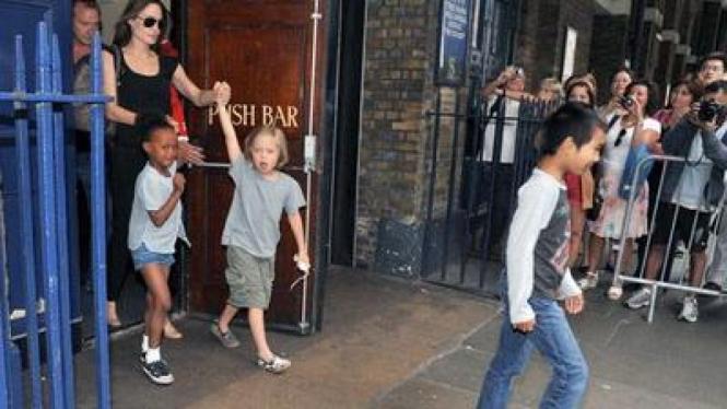 Angelina Jolie ajak anak ke bar