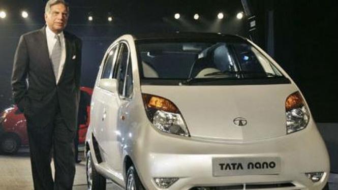Ratan Tata bersama mobil murah Tata Nano