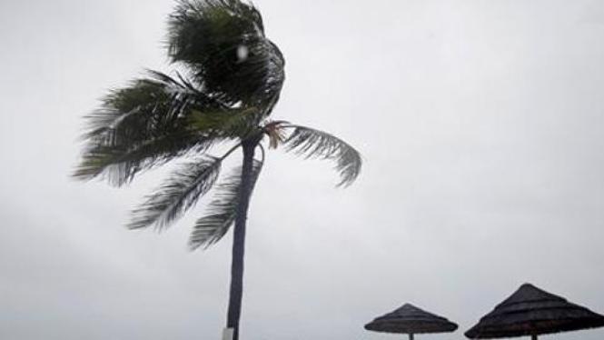 Badai Irene menghantam Nassau, Bahama.