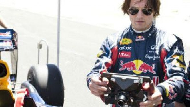 Tom Cruise Mengendarai F1 Red Bull