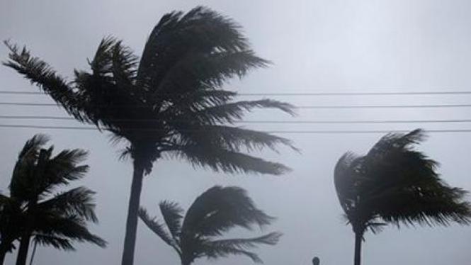 Topan Irene ketika melewati wilayah Nassau, Bahama.