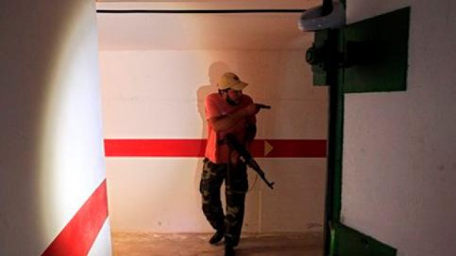 Pemberontak sisi bunker di kediaman Khadafi di Tripoli.