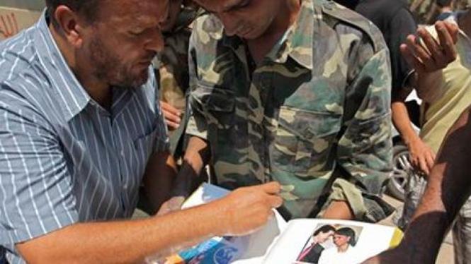Tentara pemberontak Libya menjarah album foto, Condolleezza Rice.