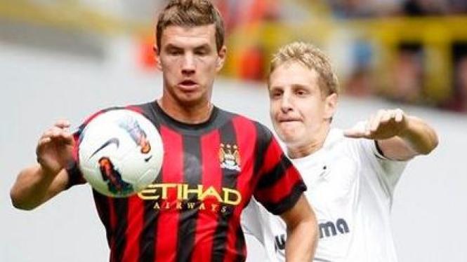 Edin Dzeko (Manchester City/merah) saat melawan Tottenham