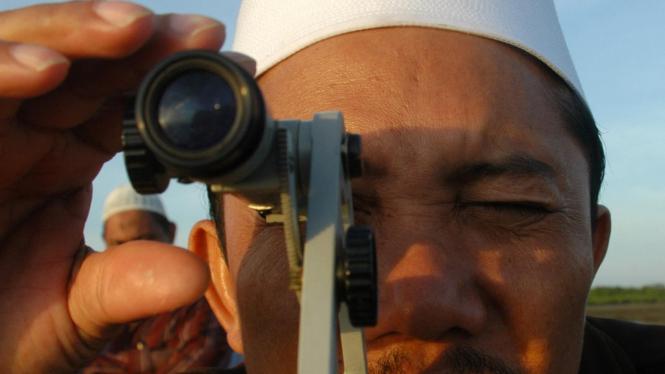 Petugas melihat hilal di Pantai Ambat, Pamekasan, Madura