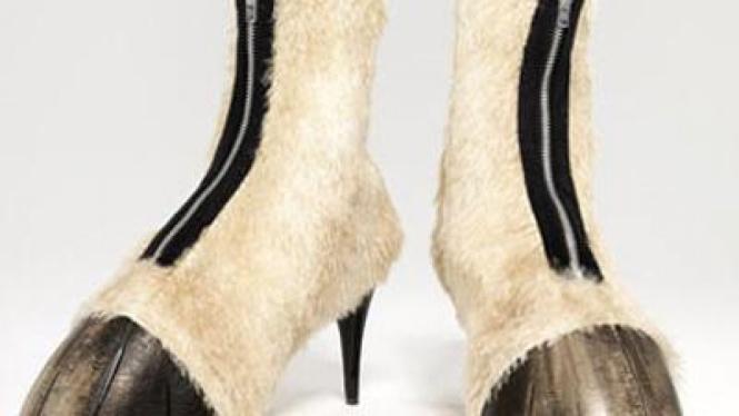 sepatu mirip kaki kuda