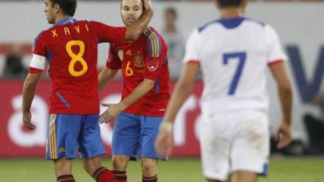 Xavi dan Andres Iniesta di pertandingan melawan Chile