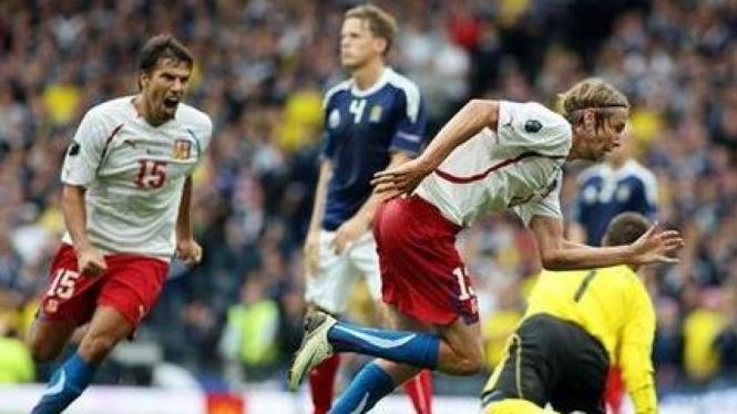 Jaroslav Plasil (Ceko/kanan) merayakan gol ke gawang Skotlandia