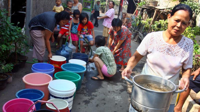 Warga antre mendapatkan air bersih
