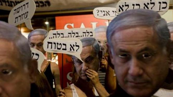 Demonstran di Israel mengenakan topeng Benjamin Netanyahu.