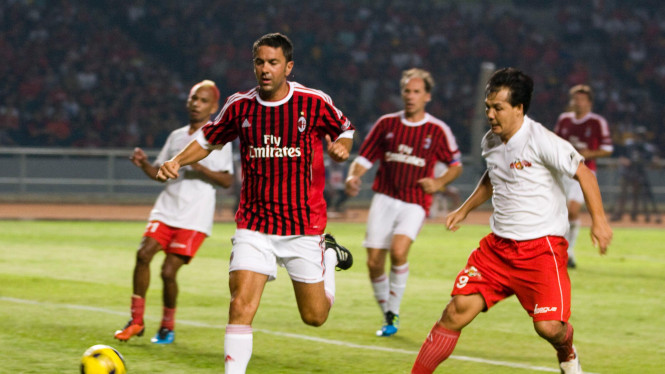 Ricky Yacobi (kanan) saat Indonesia Legend vs AC Milan Glorie, 4 September 2011.