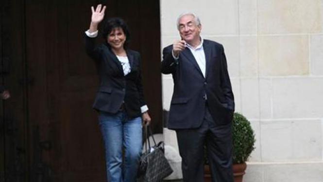 Strauss-Kahn dan istri tiba di Prancis.
