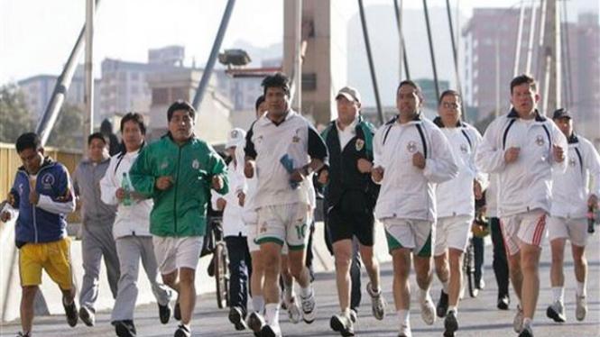 Presiden Bolivia, Evo Morales, (tengah) ikut joging pada Hari Tanpa Kendaraan