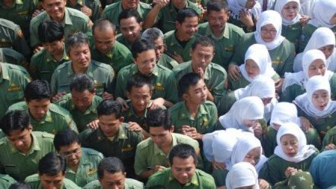 Pegawai negeri sipil (PNS) saat bersiap ikut upacara beberapa waktu lalu.