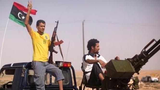 Pasukan pemberontak di depan kota Bani Walid.