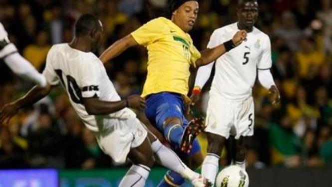 Ronaldinho (Brasil/kuning) saat melawan Ghana