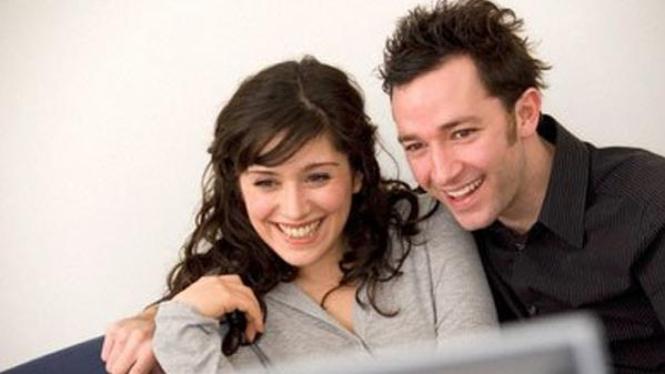 pasangan menonton televisi