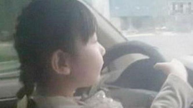 Bocah 4 Tahun Nyetir Mobil
