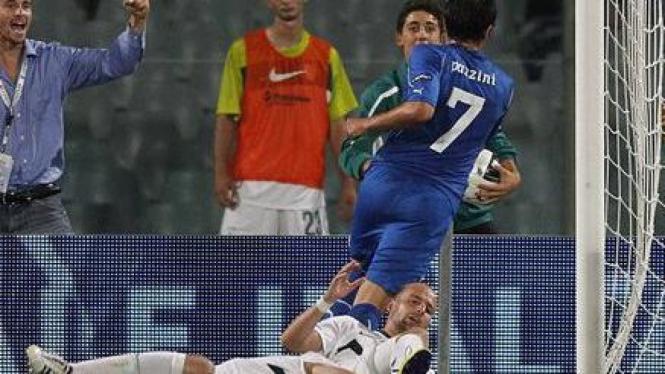 Giampaolo Pazzini (atas) mencetak gol ke gawang Slovenia