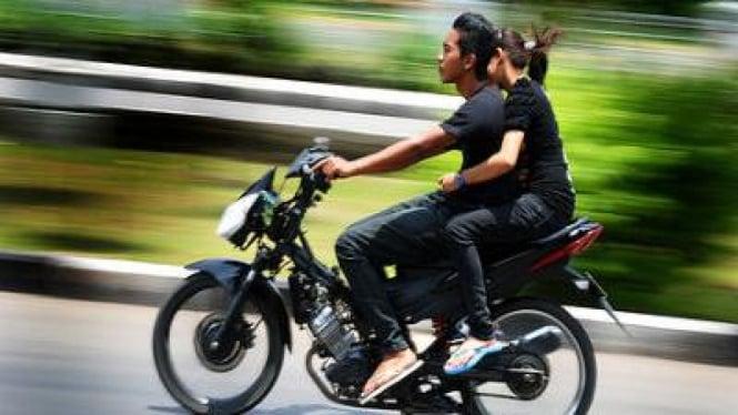 Mengendarai Motor tanpa Helm