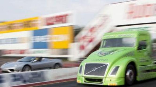 Drag Race Truk Volvo Lawan Ferrari Spider