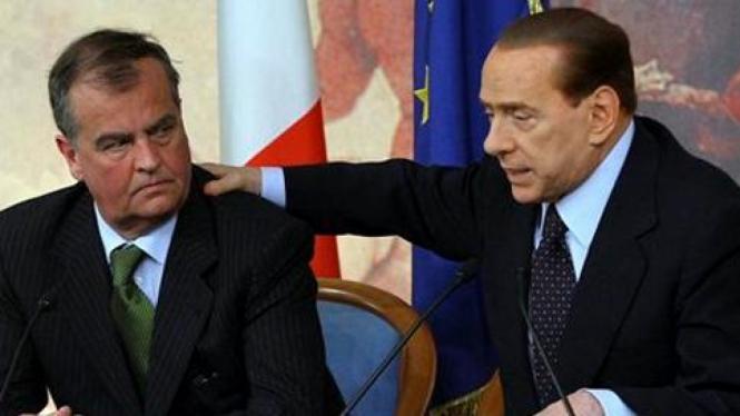 Perdana Menteri Italia, Silvio Berlusconi (kanan), di parlemen.