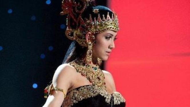 Nadine Alexandra dalam pakaian nasional