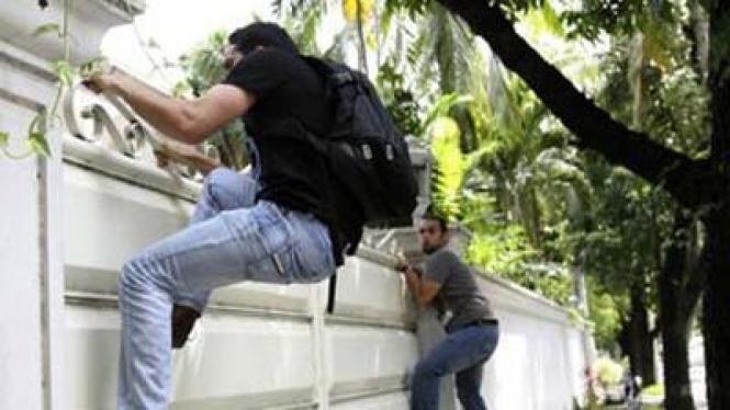 Dua mahasiswa Libya memanjat kedutaan Libya di Manila, Filipina