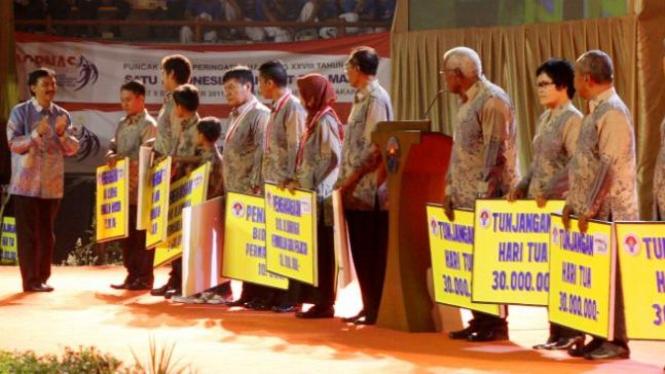Menpora memberi penghargaan di peringatan Haornas 2011