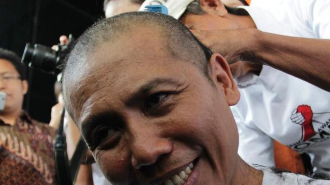 Aksi Gundul Aktifis Kompak di Depan KPK