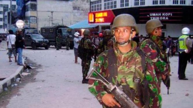 Aparat keamanan berjaga setelah kerusuhan di Ambon, 11 September 2011